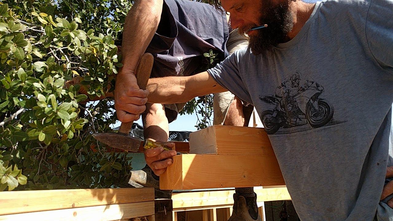 בניית גג של בקתה מונגולית