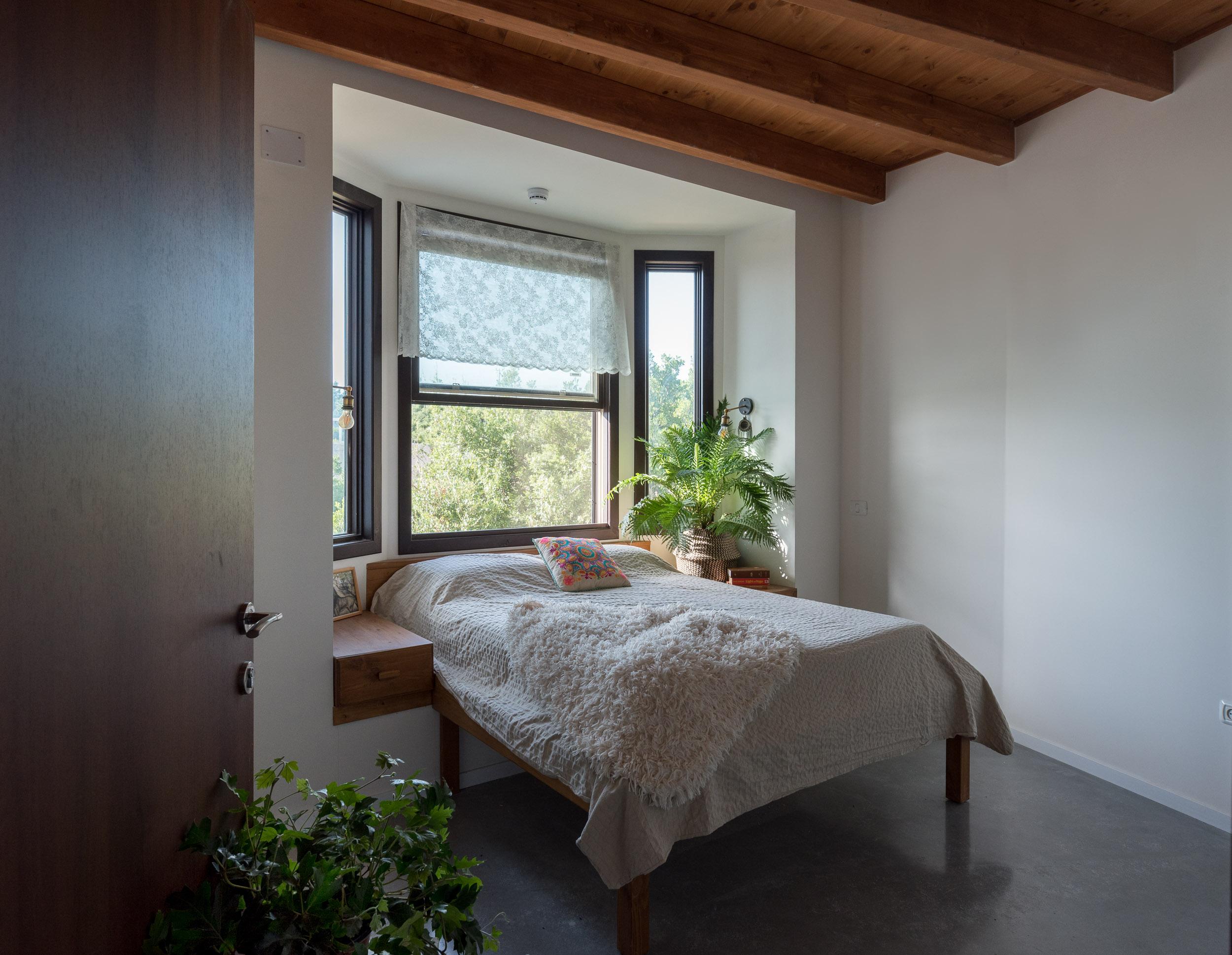 מיטה בחלון צרפתי, בקתה מונגולית
