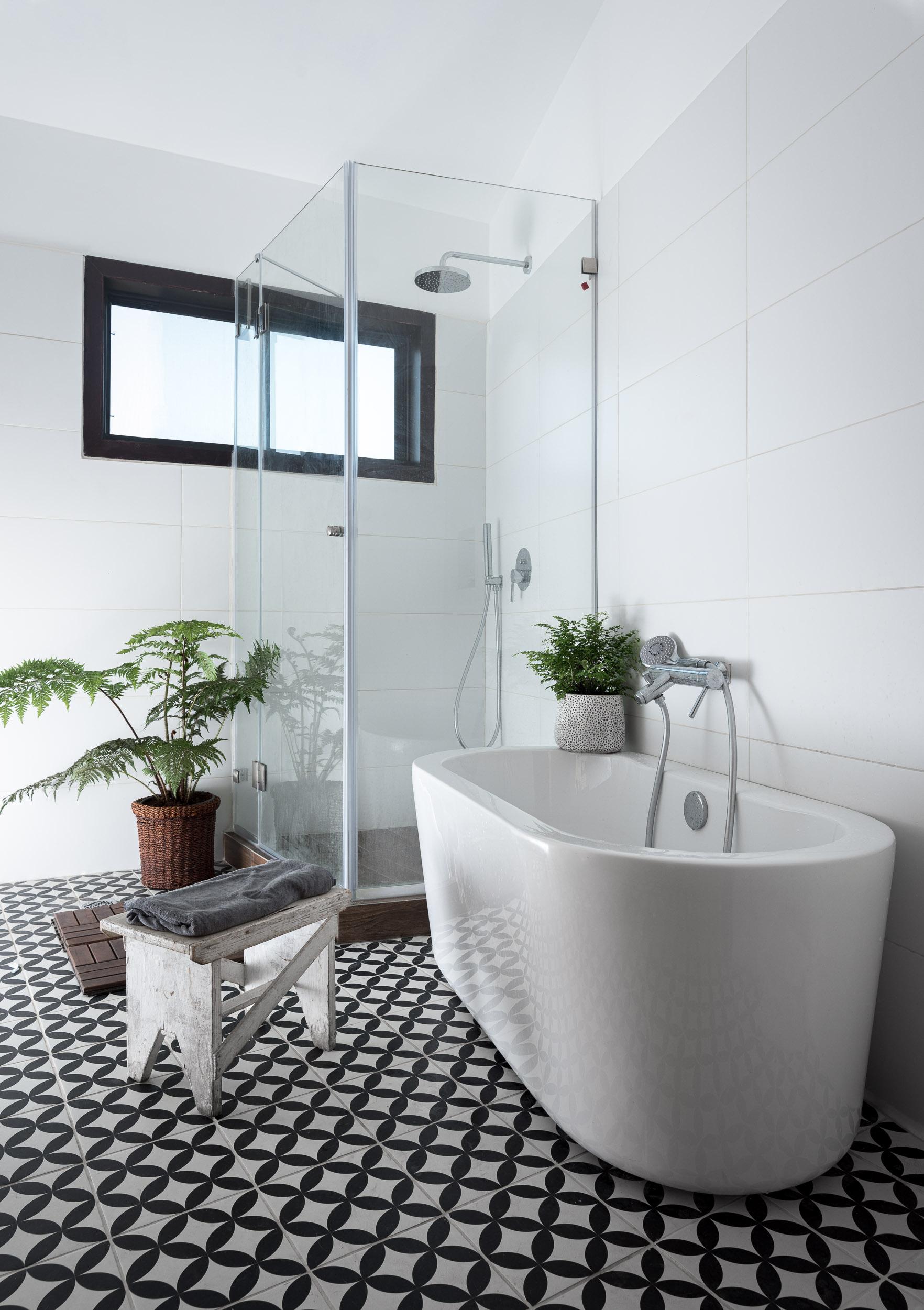 חדר אמבטיה מעוצב בבית מונגולי של יורטיים